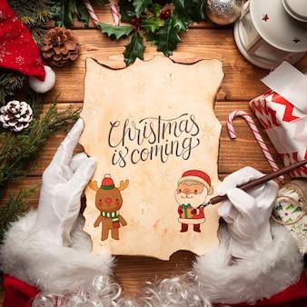 Makieta listów świątecznych w posiadaniu świętego mikołaja