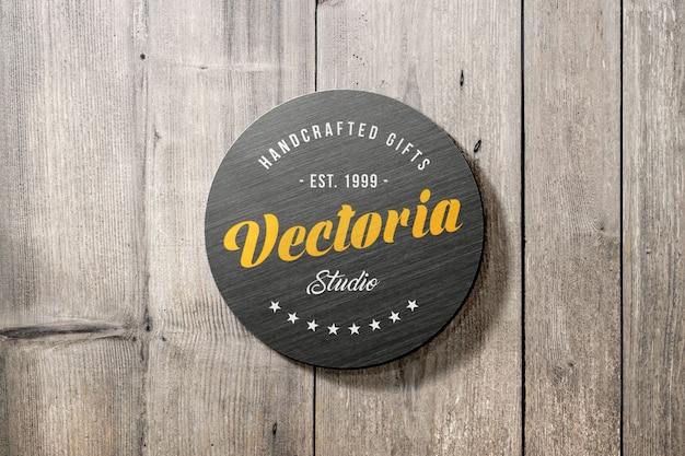 Makieta logo metalowego znaku na drewnianej ścianie