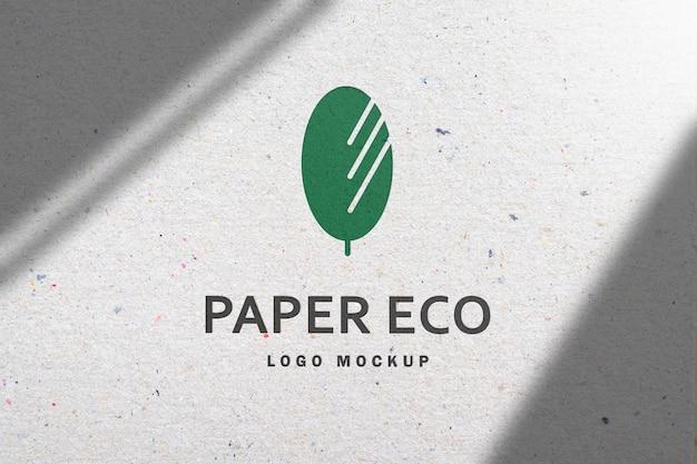 Makieta logo na białym papierze z recyklingu z cieniem w renderowaniu 3d