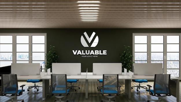 Makieta logo na ścianie w zielonym pomieszczeniu biurowym
