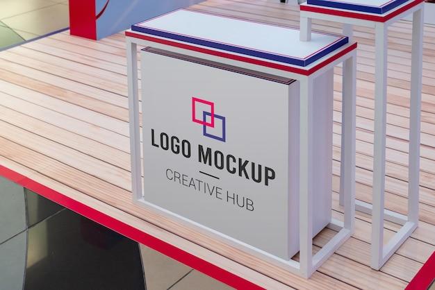 Makieta logo na stole promocyjnym