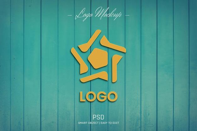 Makieta logo na turkusowej drewnianej ścianie