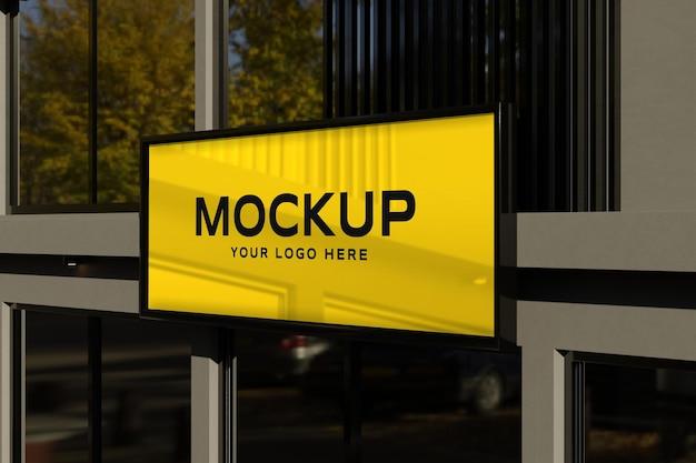 Makieta logo na znaku sklepu czarnej elewacji
