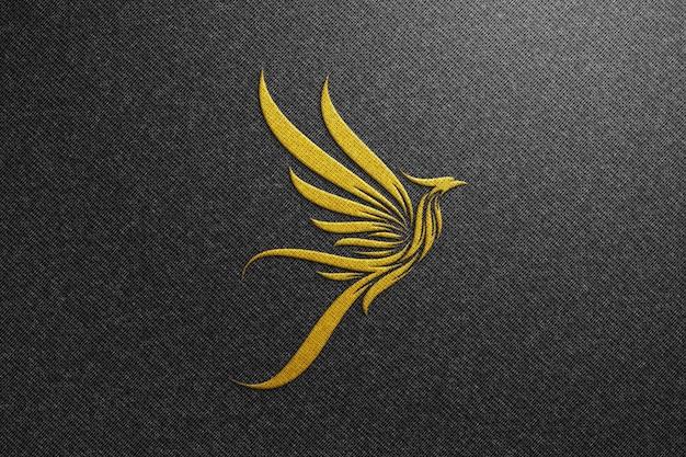Makieta logo phoenix na czarnej tkaninie - makieta złotego logo