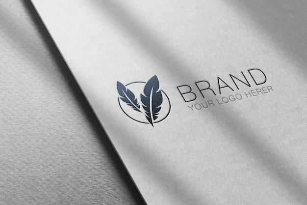 Makieta logo z efektem tłoczenia papieru