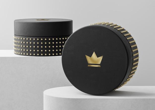 Makieta luksusowego logo na czarnym pudełku z biżuterią do renderowania 3d tożsamości marki