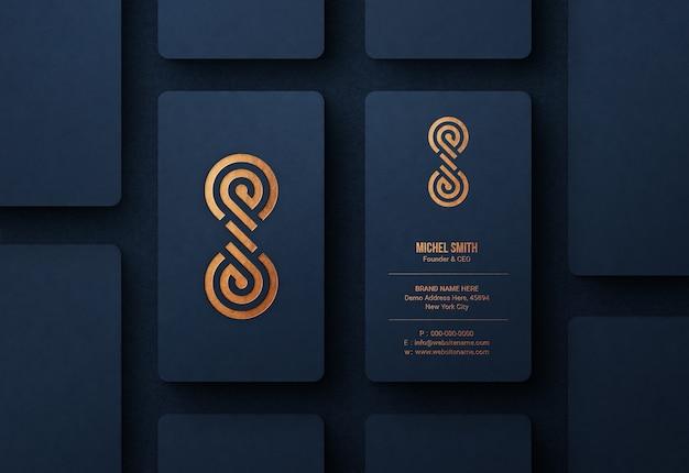 Makieta luksusowego logo na niebieskiej wizytówce