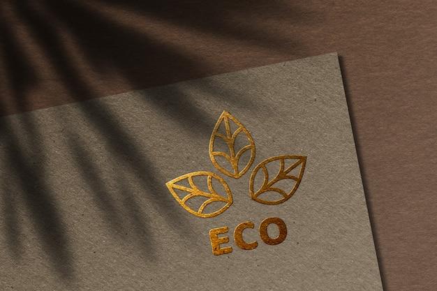 Makieta luksusowego logo na papierze rzemieślniczym