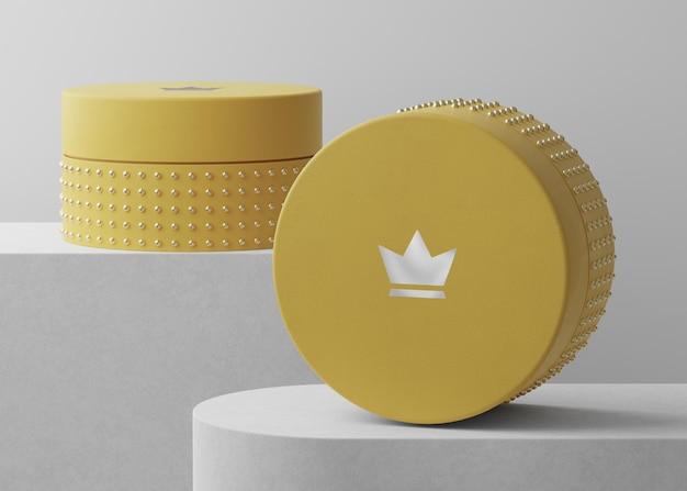 Makieta luksusowego logo na żółtym pudełku z biżuterią do renderowania 3d tożsamości marki