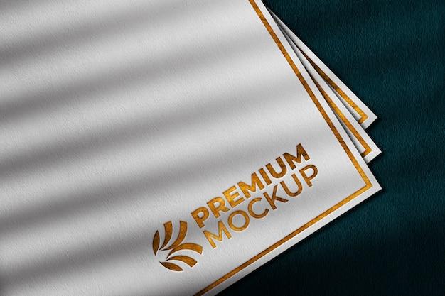 Makieta luksusowego logo złota na białym papierze