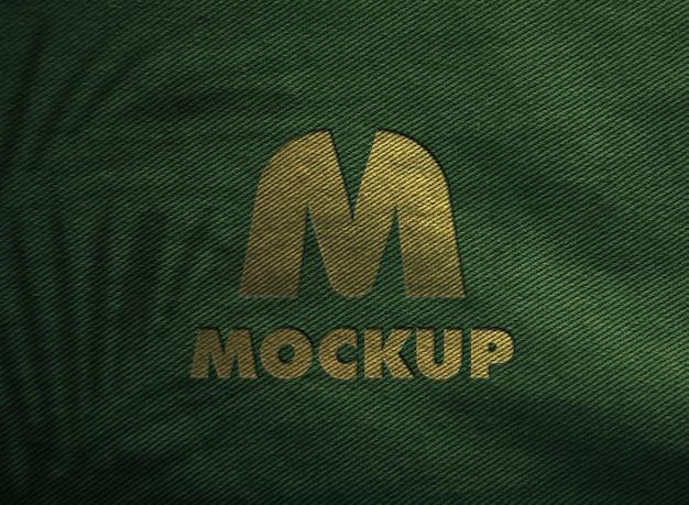 Makieta luksusowego złotego logo na tkaninie