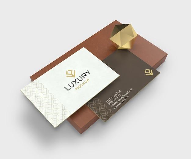 Makieta luksusowych wizytówek ze sceną tekstury skóry i złota