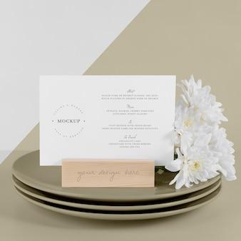 Makieta menu z daniami i białymi kwiatami