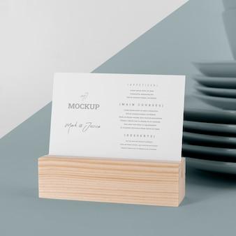 Makieta menu z drewnianym stojakiem i naczyniami