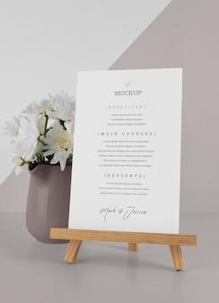 Makieta menu z drewnianym stojakiem i wazonem na kwiaty