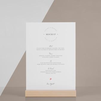 Makieta menu z drewnianym stojakiem