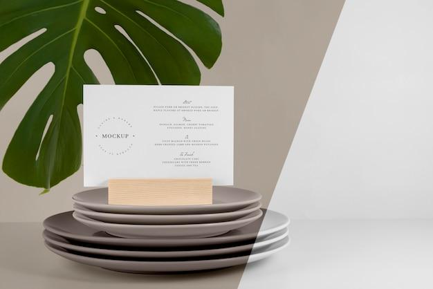 Makieta menu z liściem monstery i potrawami