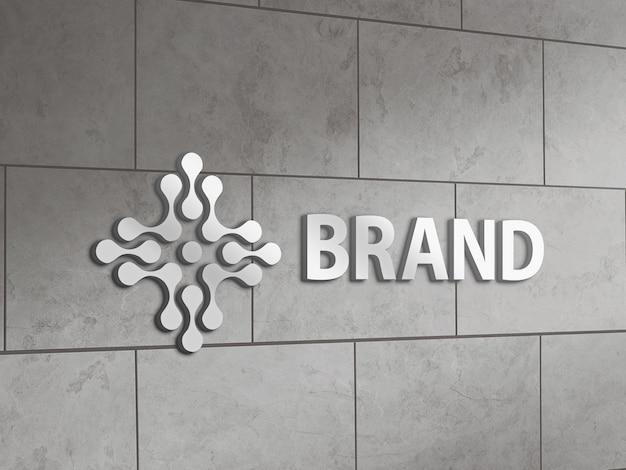Makieta metalicznego logo na ścianie z płytek