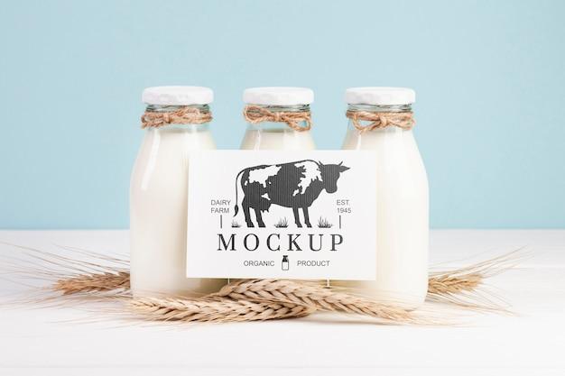 Makieta nabiału z butelkami mleka i symbolem zastępczym