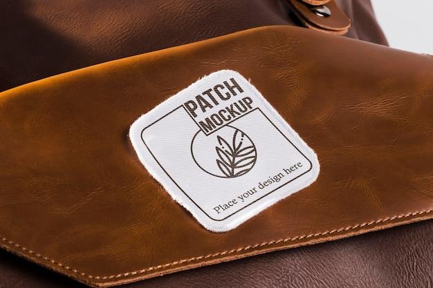 Makieta naszywki na odzież na skórzanej torbie