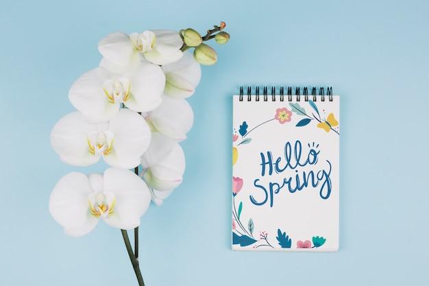 Makieta notatnik płaski świeckich z koncepcją wiosny