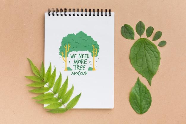 Makieta notesu z widokiem z góry z liśćmi