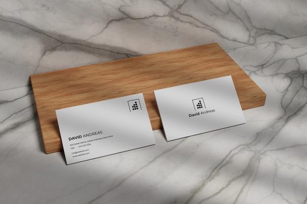 Makieta nowoczesnej wizytówki na drewnie