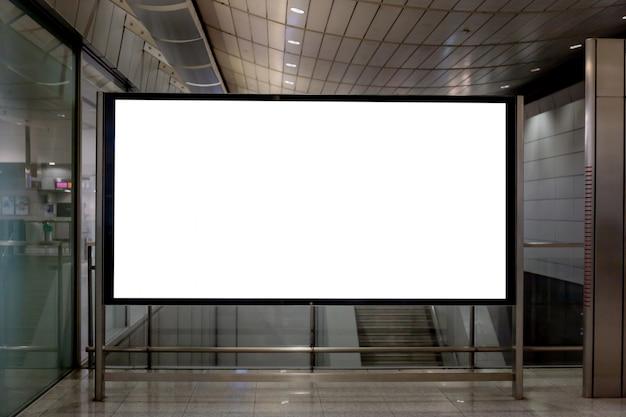 Makieta obrazu pustej tablicy białe plakaty na ekranie i doprowadziły w stacji metra do reklamy