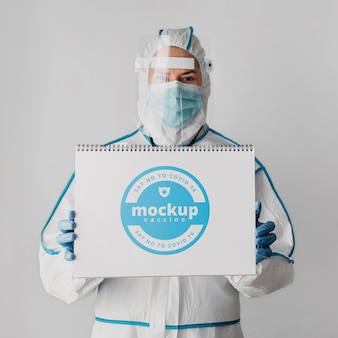 Makieta odzieży medycznej i notebooka