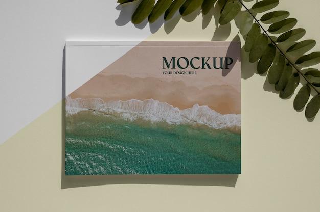 Makieta okładki magazynu przyrody z widokiem z góry z asortymentem liści