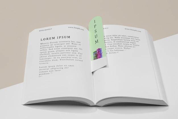 Makieta otwartej książki i zakładki pod wysokim kątem