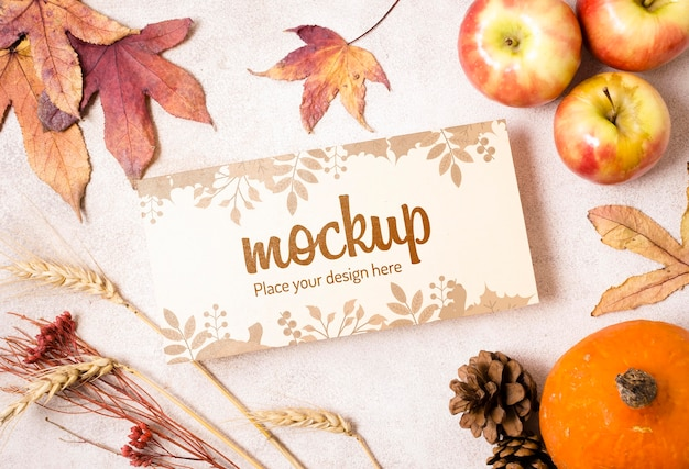 Makieta owoców i suszonych liści jesienią