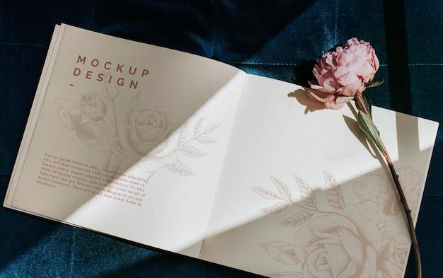 Makieta pamiętnika z różową piwonią sarah bernhardt
