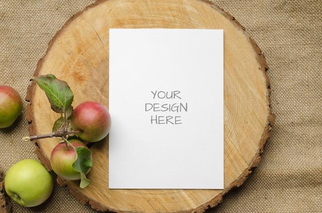 Makieta papeterii letniej z życzeniami lub zaproszenie na ślub z jabłkami, niebieski bieżnik na beżu
