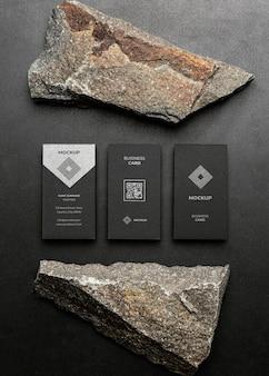 Makieta papeterii z ciemną, chropowatą skałą