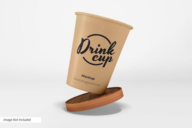 Makieta papierowego kubka na napoje z drewnianą podkładką