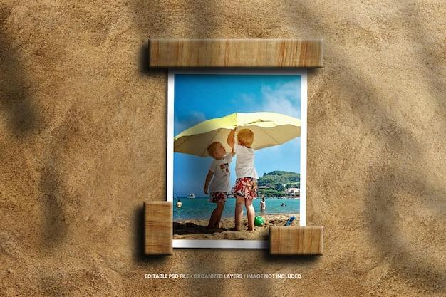 Makieta papierowej ramki na zdjęcia na piaszczystej plaży