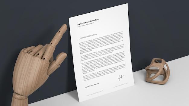 Makieta papieru firmowego z drewnianą ręką lalek