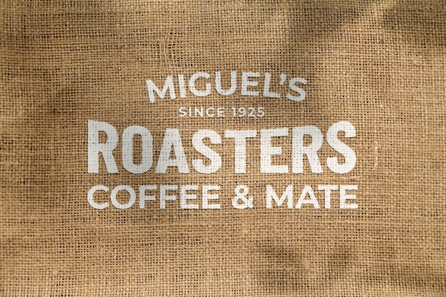Makieta pięknego klasycznego zniekształconego logo z przodu na lnianej tkaninie eco naturalnej torebce z kawą