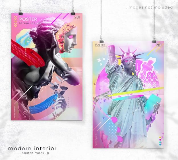 Makieta plakatowa dwóch wiszących plakatów z realistycznymi zagięciami papieru na białej ścianie koncertowej z cieniami drzew i światłem