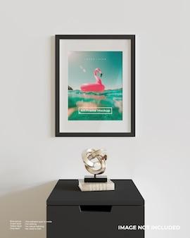 Makieta Plakatu Z Ramą Artystyczną Na Czarnej Szafce Premium Psd