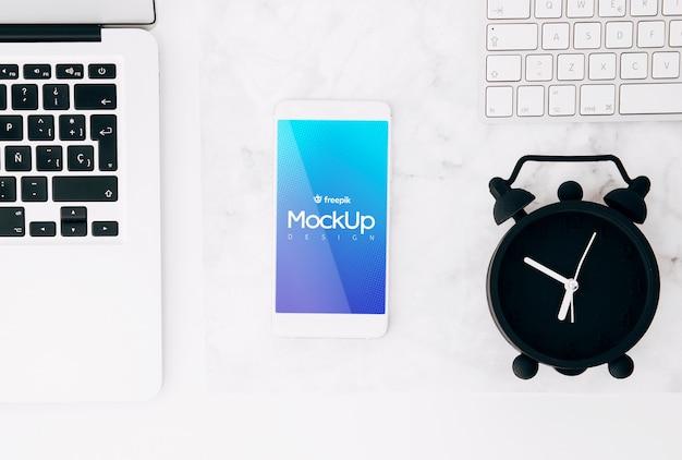 Makieta płaski świeckich smartphone na obszarze roboczym