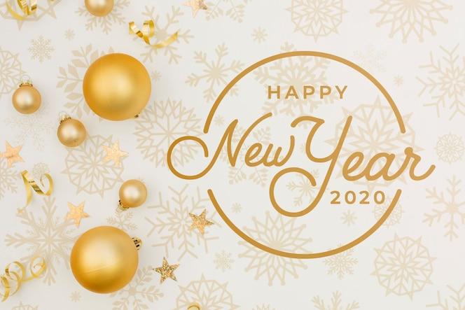 Makieta płaskiego szczęśliwego nowego roku 2020 ze świątecznymi złotymi kulkami