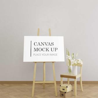 Makieta płótna na sztaludze z drewnianym krzesłem