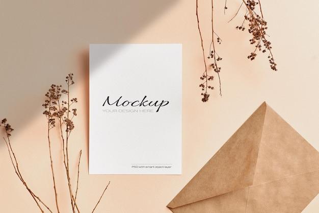 Makieta pocztówki i zaproszenia z dekoracjami gałązek suchych roślin natury