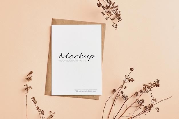 Makieta pocztówki i zaproszenia z dekoracjami z gałązek suchych roślin natury