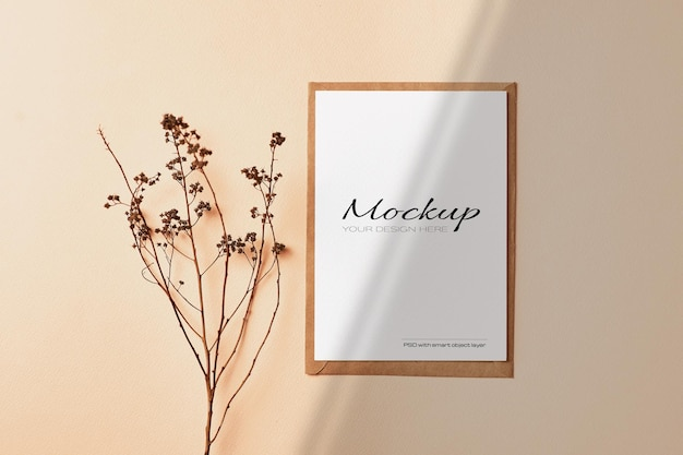 Makieta pocztówki i zaproszenia z gałązkami suchych roślin i cieniem