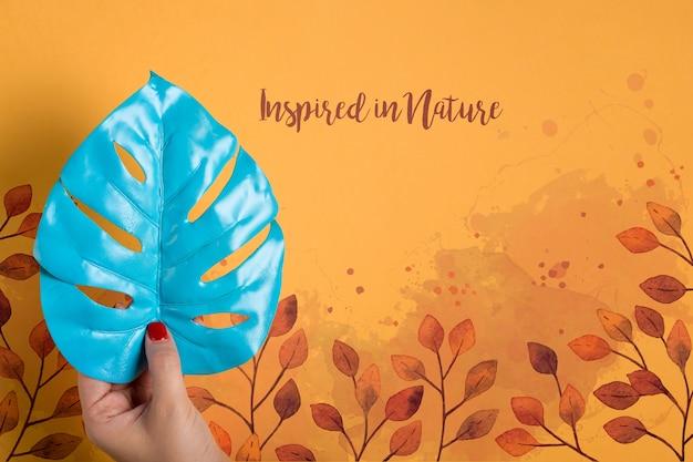 Makieta pomalowana na niebieski liść