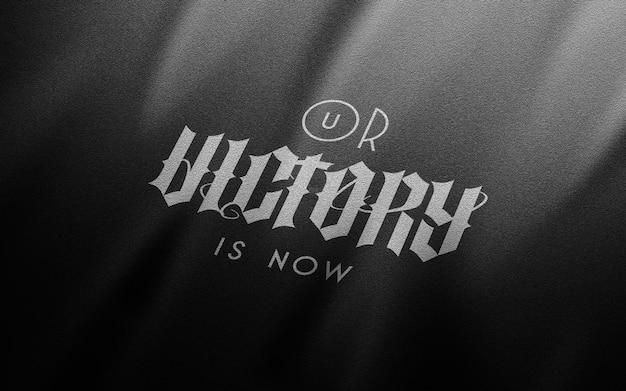 Makieta pomarszczonego czarnego płótna białe logo