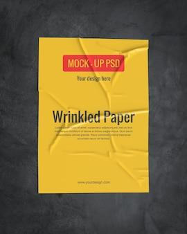 Makieta pomarszczonego papieru na ciemnej powierzchni